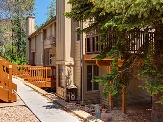 NEW LISTING! Cozy townhouse w/deck & grill, private hot tub, shared pool