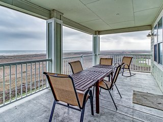 Gulf-front condo w/ 2 patios and a resort pool/hot tub, walk to the beach!