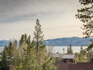 Comfortable family condo w/ shared pool, hot tub, & tennis - lovely lake views!