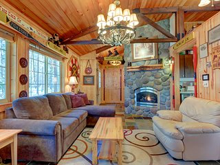 Charming cabin w/ a private hot tub & SHARC passes in a great location - dog OK!
