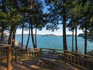 Waterfront home w/beach access & great location for exploring north Island!