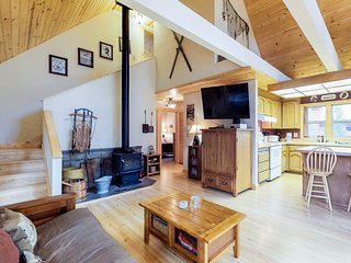 Dog-friendly mountain cabin in the pines w/ on-site hot tub & shared pool access