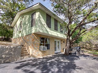 Charming family- and dog-friendly home - 1/2 mile to Canyon Lake boat launch
