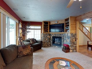 Plush condo w/ gas fireplace - walk to lake beaches, golf & Ponderosa State Park