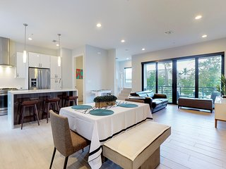 Beautiful Modern Townhome Near FLL Airport, Beach and Las Olas,  TESLA charger