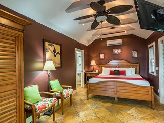 Romantic & elegant studio-style cottage w/ private hot tub - dog-friendly!