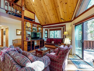 Large dog-friendly cabin w/shared pool, free WiFi, tennis & skiing