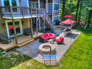 Expansive home w/ fire pit, wet bar and screened in porch
