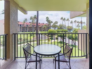 Waterfront condo w/shared pool & hot tub-walk to the beach, dining