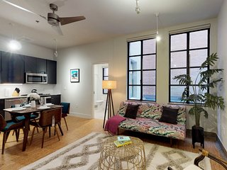 Stylish loft apartment w/ shared rooftop patio steps from downtown Dallas!