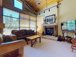 Townhouse near the slopes with shared heated pool & hot tubs