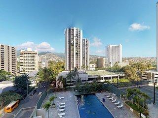 Downtown condo w/shared pool/tennis & mountain view -walk to beach
