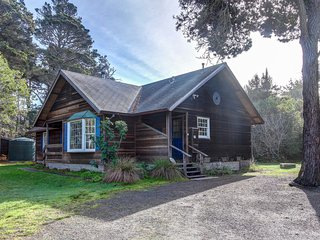 Cottage w/ deck & wood stove - walk to the ocean, beach, & bluffs!