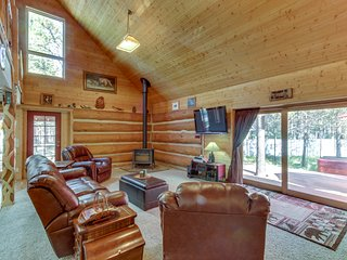 Gorgeous dog-friendly log cabin by the Deschutes River w/ private hot tub!