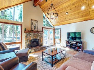 Gorgeous cabin w/ lake views & private hot tub - short drive to the lake!