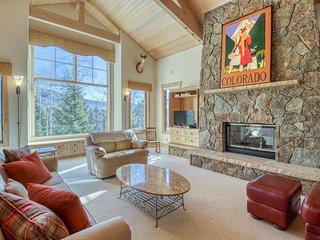 Large home w/mountain views, gas fireplaces & gourmet kitchen