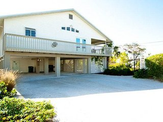 Beautiful, well-maintained home w/private pool - walk to beach, dining, & more!