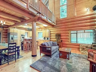 Beautiful & secluded log home w/hot tub, near Lake Wenatchee