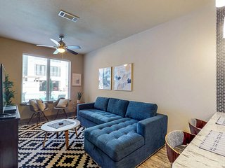 Family-friendly apartment w/ shared pool & fitness room - close walk to downtown