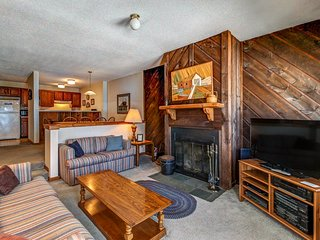 Ski-in/ski-out condo w/seasonal shared pool. Ideal for your next Vermont trip!