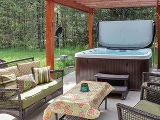 Beautiful cabin w/ hot tub, between the mountain & the lake!
