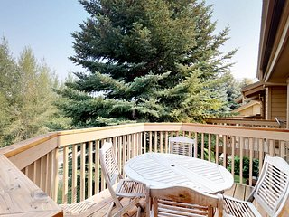 Spacious, rustic condo w/ shared pool & hot tub -  Close to the slopes!