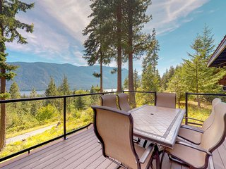 Peaceful, spacious mountain home w/ deck & stunning lake views!