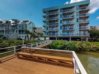 Cozy condo w/ shared pool, hot tub & gas grill-walk to bay & beach