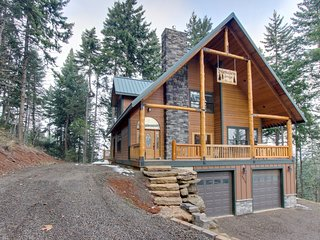 Spacious lodge for 8 w/private deck & game room, pool table