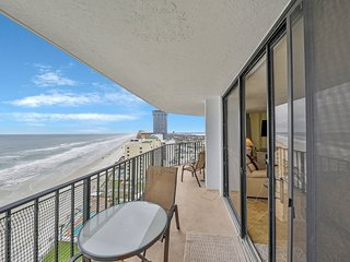 NEW LISTING! Immaculate, beachfront condo w/shared pool & hot tub -ocean views