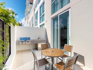Contemporay townhouse w/shared pool & sauna, close to beach-Dogs OK