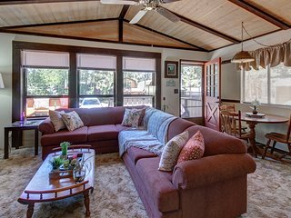 Charming Big Bear getaway w/ private hot tub & wood fireplace - close to slopes!