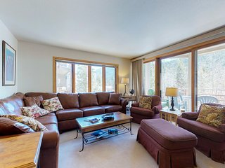 Walk to the slopes & restaurants, relax in community pool & hot tub