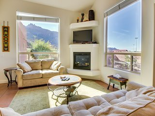 Lovely townhome w/shared seasonal hot tub and pool near downtown Moab!