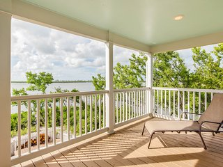 Waterfront townhouse w/ pool, fenced backyard &  deck - dogs ok