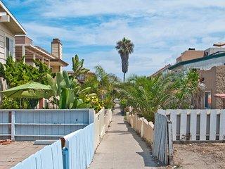 Recently renovated beach duplex, blocks from Mission Beach boardwalk! Free WiFi!