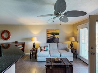 Waterfront getaway for couples/small families! Pools & fitness room! 1 dog ok