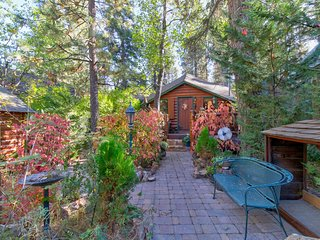 NEW LISTING! Charming cabin with wood fireplace- close to ski resorts