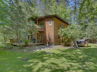 Vintage, creekside, mountain lodge w/ a private hot tub & three decks!