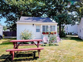 Charming family cottage w/shared pool, near beaches & restaurants