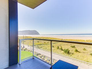 Spacious oceanfront getaway w/ shared pool at Sand & Sea, close to everything!