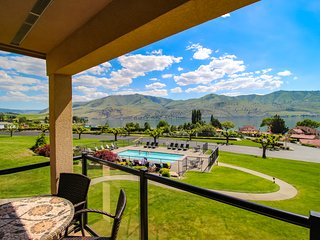 Lake views from this bright, upscale condo w/pool & hot tub access!