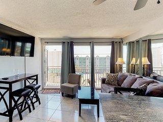 Beachview condo w/ shared pool - easy access to boardwalk & dining
