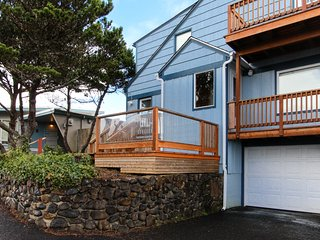 Cozy, remodeled house with peek-a-boo ocean views & easy beach access!