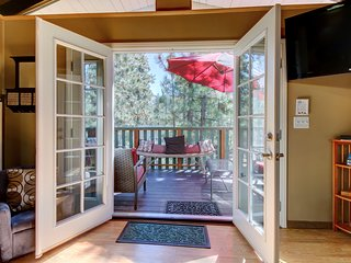 Cozy, dog-friendly cabin in the woods with privacy - close to adventure