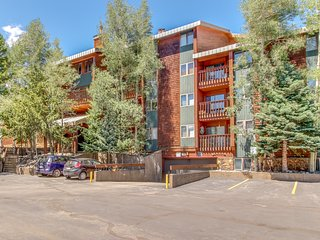 Ski condo with fireplace, balcony, and access to pool, sauna, and hot tubs
