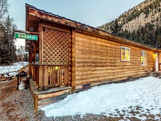 Cozy waterfront cabin w/mountain view, wood stove & hot tub