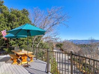 Beautiful home w/deck, game room, & lake views - access to beach club