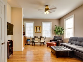 Urban townhome with dog-friendly features, four blocks to Forsyth Park!