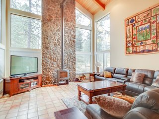 Luxurious, dog-friendly home w/ easy ski access, private hot tub, SHARC passes!